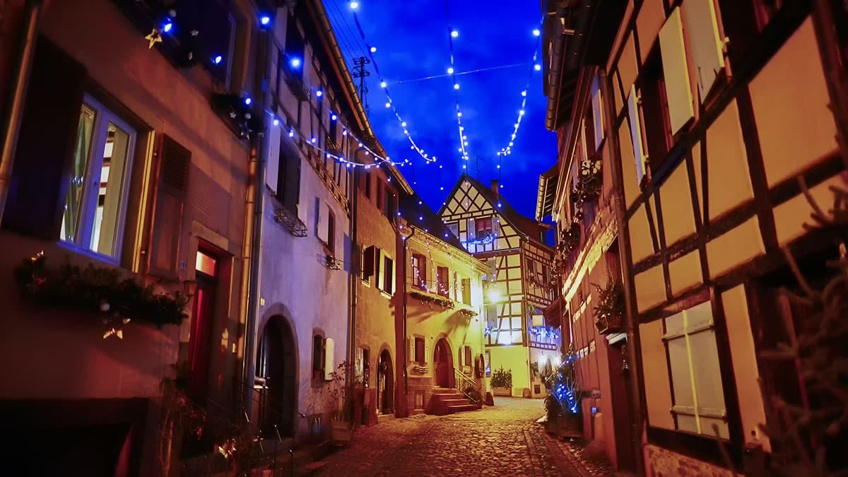 Ruelle décorée pour Noël à éguisheim