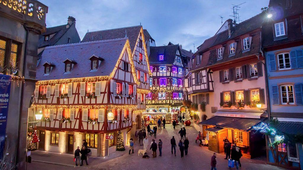 La rue des marchands à Colmar décoré pour Noël