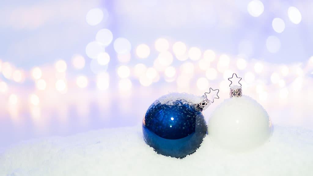 Déco boule de Noël dans la neige