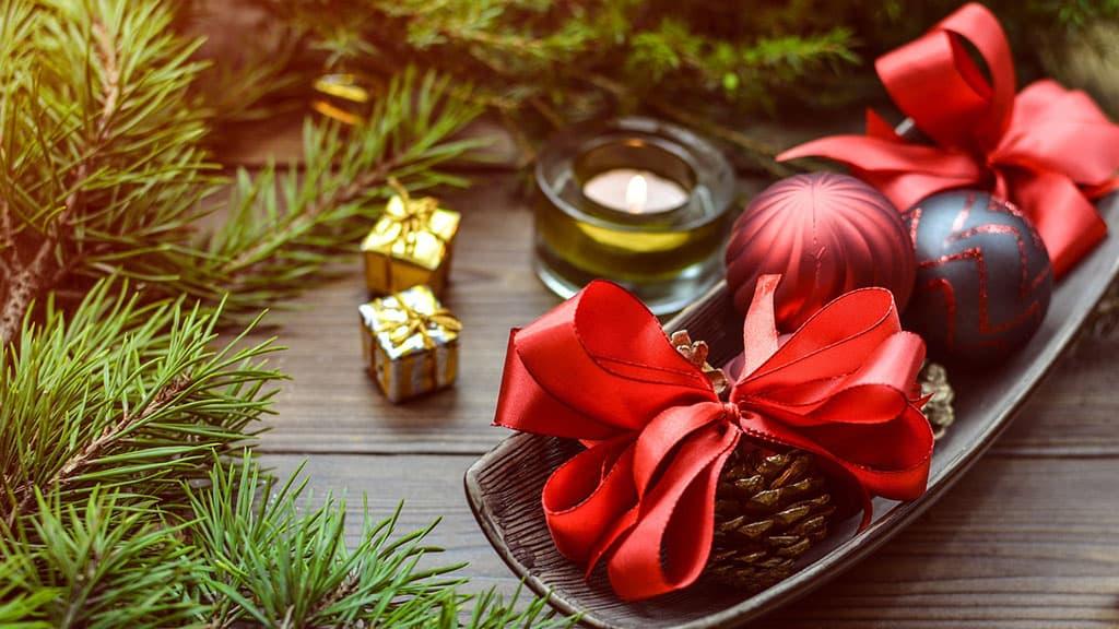 Créer une ambiance festive avec des rubans des pommes de pin et des boules