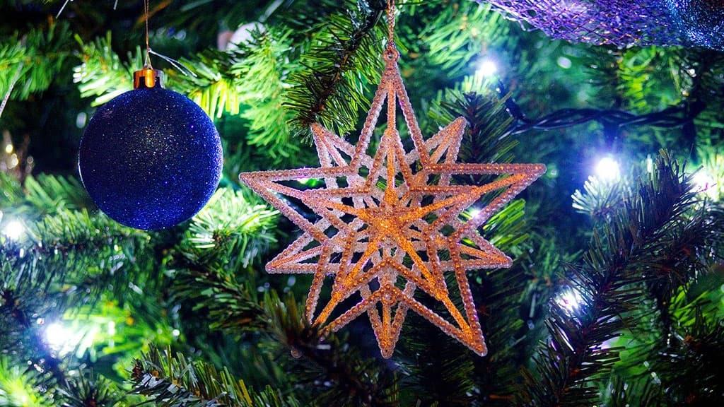 Etoile et boule de Noël accroché au sapin