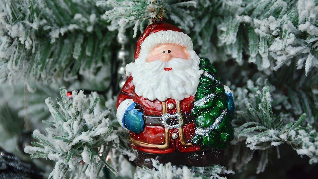Papa Noël décoratif sur les branches de sapin