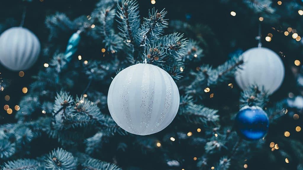 Sapin de Noël décoré avec des boules de Noël