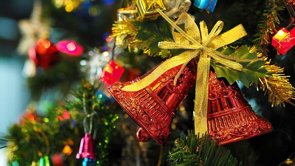 Sapin décoré avec des cloches