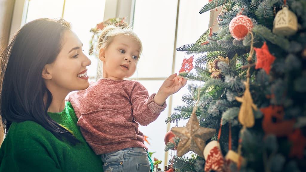 décoration en famille du sapin de Noël