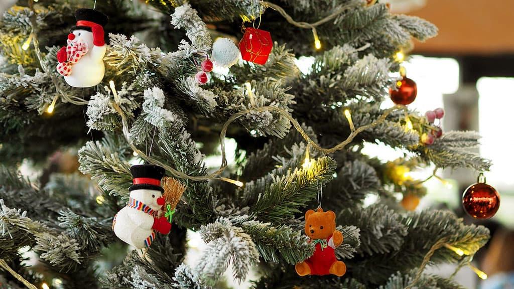 Décoration d'un arbre de Noël