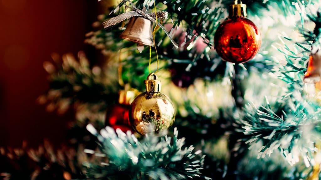 Sapin de Noël décoré avec divers ornements