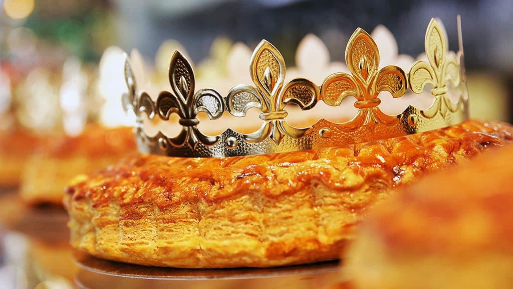 Galette des rois française avec couronne en papier et petite figurine à l'intérieur