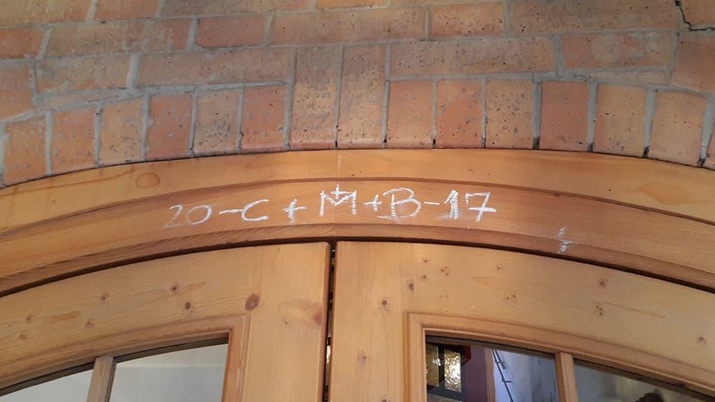 Jour de l'Epiphanie signe de bénédiction écrite sur une porte d'entrée
