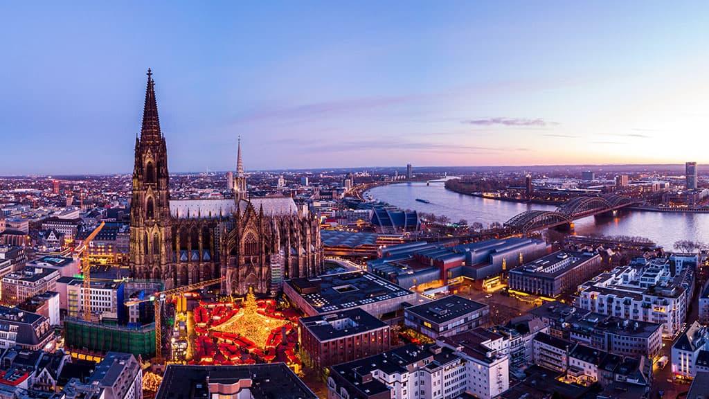 Vue du ciel du marché de Noël de Cologne