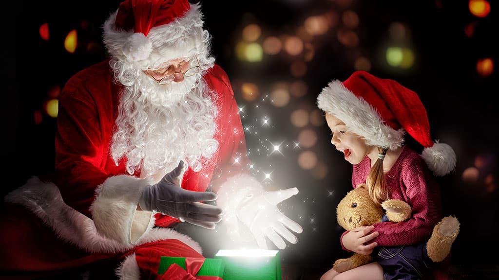 Santa Claus et son cadeau à une enfant